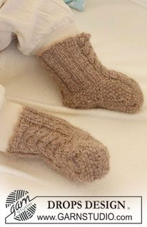 """DROPS booties with cables in """"Alpaca"""". ~ DROPS Design"""
