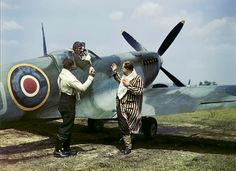 "World War Two, May Two Pilots of the Australian Spitfire Squadron wish a colleague ""good hunting"" before his take off Scarica foto di attualità Premium ad elevata risoluzione da Getty Images Ww2 Aircraft, Fighter Aircraft, Fighter Jets, Military Aircraft, Spitfire Airplane, The Spitfires, Ww2 Photos, Supermarine Spitfire, Ww2 Planes"