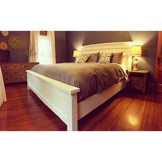 Gorgeous Farmhouse Bed, free plans http://ana-white.com/2009/10/farmhouse-bed-save-158100_7467.html