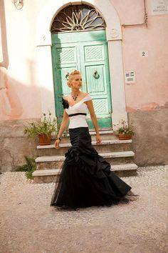 Linea Raffaelli sposa romantica in bianco e nero Wedding Dressses, Wedding Bridesmaid Dresses, White Wedding Dresses, Bridesmaids, Colored Wedding Gowns, Romance, Black Bride, Cinderella Dresses, Yes To The Dress