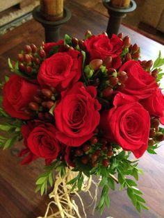 Ramo de Novia. Rosas rojas e Hipericum atado con rafia