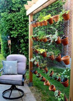 Un huerto o jardín vertical es una genial idea no solo ahorran un motón de espacio sino que se puede transformar en un elemento decorativa, que a la vez no