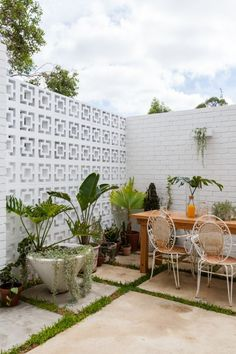 Breezeblocks add a feature wall to this small courtyard garden. The Nature Inspi. - Breezeblocks add a feature wall to this small courtyard garden. The Nature Inspired Eco House Courtyard Landscaping, Courtyard Pool, Small Courtyard Gardens, Courtyard House Plans, Courtyard Design, Small Courtyards, Small Gardens, Patio Design, Modern Courtyard