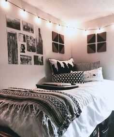20 College Dorm Room Ideas to Channel Your Inner Minimalist With : The hardest part of decorating your college dorm has gotta be coming up with ideas! Well no worries, because this list of minimalist dorm room ideas is just the inspiration you need! Cool Dorm Rooms, College Dorm Rooms, Dorm Room Themes, Dorm Room Wall Decorations, College Dorm Lights, Indie Dorm Room, Diy Room Decor For College, Dorm Room Styles, Dorm Room Designs