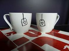 Still Looking For the Perfect Gift? It Doesn't Get Any Easier Than This DIY Sharpie Mug - - Do you have a plain, boring mug that needs a bit of spicing up? Personalize your cups and mugs by drawing on them! You can use them to add personality to your. Sharpie Crafts, Sharpie Pens, Diy Sharpie Mug, Diy Crafts, Sharpies, Sharpie Drawings, Diy Xmas, Diy Holiday Gifts, Handmade Christmas
