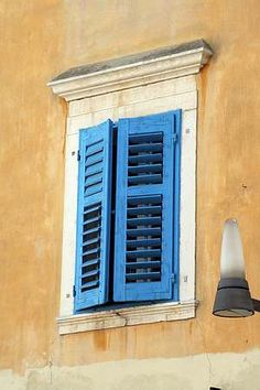 J'aime ces bleu volets.  This is a window, not a door, but it's beautiful!