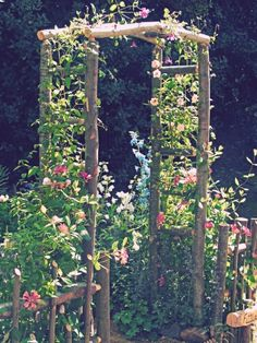 gartengestaltung kleine gärten, konstruktion aus holz dekoriert mit rosa blumen You are in the right place about Garden Design layout Here we offer you the most beautiful pictures about the Garden Des Garden Cottage, Diy Garden, Garden Trellis, Garden Projects, Garden Landscaping, Landscaping Ideas, Rustic Landscaping, Tuscan Garden, Party Garden