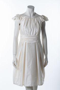 Cremefarbenes Brautkleid des belgischen Labels Marylise      Dieses Kleid besticht durch die edel glänzende Dupionseide und die raffinierten Faltendetails     Hochwertig verarbeitet     Kleiner angeschnittener Ärmel