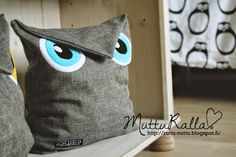 pöllö on säilytyspussi! Fabric Crafts, Diy Crafts, Diy Cushion, Felt Owls, Fabric Stamping, Sewing Pillows, Hobbies And Crafts, Sewing Tutorials, Projects To Try