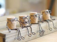 Des idées créatives à réaliser avec des fils en fer! - Bricolage maison Sie mögen kreative Ideen und DIY, schauen Sie sich alles an, was Sie mit Draht erstellen können! Wine Cork Art, Wine Cork Crafts, Bottle Crafts, Wine Corks, Wire Crafts, Fun Crafts, Diy And Crafts, Crafts For Kids, Wire Art Sculpture