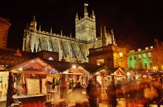 Der Weihnachtsmarkt in Bath zwischen Roman Bath und Abbey. HDR aus mehreren NEF-RAW Aufnahmen.  The Christmas market in Bath, between Roman Bath and the Abbey.
