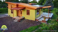 River Road house is a small timber frame dwelling in Oregon designed by Nir Pearlson, Architect Inc., a small firm with an interest in green design. They were asked to create a comfortable and ener… Cabin House Plans, Tiny House Plans, Modern House Plans, Small House Plans Under 1000 Sq Ft, Tiny House Swoon, Tiny House Living, Living Room, Cottage House Plans, Cottage Homes