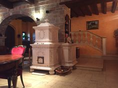 Stufa in Stile. Stufa in maiolica a legna (o elettrica) fatta a mano.  #stufecollizzolli #stufe #handmade #madeinitaly  #ceramica #stube #kachelofen #tirolesi #antiche #elettriche #calore #fuoco #camino #stove #kamin #fireplace #argilla #olle #ole #stoves #design #fuoco #chalet #baita #loft #arredo #arredamento #woodstove #calore #trentino #kamin #stufe #ceramic #legna #tirolese #decorata #fattoamano #maiolica #personalizzata #wood #refrattario #accumulo #artigianato #italy #arte #pittura…
