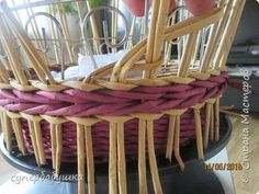 Using looped stakes to make the rim Card Weaving, Paper Weaving, Basket Weaving, Upcycled Crafts, Diy Crafts, Newspaper Basket, Paper Beads, Diy Paper, Wicker Baskets