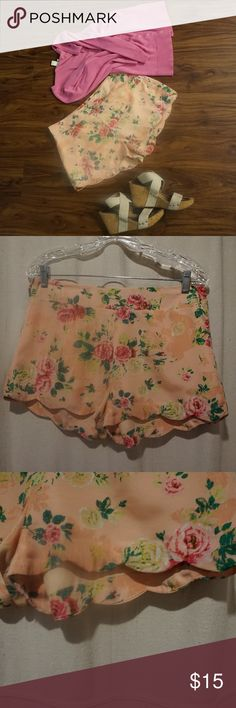 Womans Floral shorts with scalloped egde Size L Great shape very cute Energie Shorts