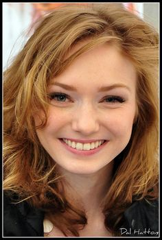 Happy Nikki...a face we don't often see Demelza Poldark, Ross Poldark, Bbc Poldark, Poldark Series, Eleanor Tomlinson, Ross And Demelza, Redheads Freckles, Aidan Turner Poldark, Beautiful People