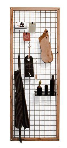 Oak - Een mooi en praktisch keukenrek. Een houten frame met een stalen binnenwerk waar van alles aan te hangen is. Ideaal voor in de keuken maar eigenlijk overal te plaatsen. Afmetingen lxbxh: 75 á 80 x 200 cm. Materiaal: Metaal en eiken Expanded Metal, Smart Storage, Display, Creative, Interior Ideas, Kitchen Ideas, Diy Ideas, Design, Home Decor