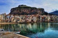 Italie : Cefalu en Sicile -   Ancien port de pêche médiéval, Cefalù dégage un charme tout à fait unique. Coincée entre un roc immense et les flots, la vieille ville possède de riches demeures et une cathédrale normande, qui témoignent de son ancienne prospérité. La nuit, le décor des ruelles illuminées est tout simplement féérique. La plage de sable fin de Cefalù est l'une des plus belles de Sicile.
