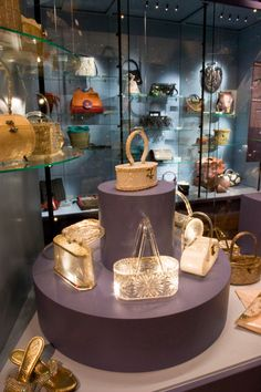 Exhibits at the Tassenmuseum in Amsterdam. I want to go.