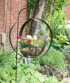 Awesome 37 Elegant Diy Wine Barrel Ring Ideas For Amazing Home. Wine Barrel Garden, Wine Barrel Crafts, Wine Barrel Rings, Wine Barrels, Barrel Planter, Garden Whimsy, Garden Junk, Porch Garden, Garden Crafts