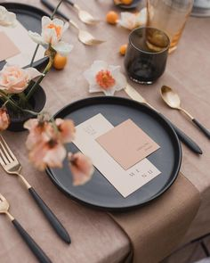 Table setting. Instagram : @colortheorycollective. Photography : @alixann_loosle_photography. Design/florals : @colortheorycollective. Stationary : @diasmade_design. Stoneware : @notary__ceramics. Glassware : @shopmazama. Rentals : @something_borrowed_pdx. Linens : @latavolalinen.