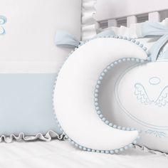 A Almofada Lua Pompom Azul é um mimo para o quarto do seu anjinho! Combinando com a decoração do quarto de bebê azul, ela traz pompons que são tendência e você vai adorar!
