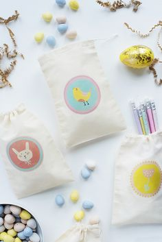 DIY Gifts 2018 Create Easter treat bags for your little ones this spring with these free printable iron-on labels. These adorable bags are perfect for tucking into your Easter basket or handing out during an Easter party. Easter Egg Crafts, Easter Treats, Easter Baskets To Make, Diy Gifts Cheap, Easter Party, Easter 2018, Easter Gift, Happy Easter, Easter Printables