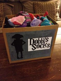 Harry Potter Theme - For my I am using a Dobby Sock box as a lucky dip box. Wrap presents for both adults and children in new but cheap socks! Harry Potter Fiesta, Décoration Harry Potter, Classe Harry Potter, Harry Potter Bedroom, Harry Potter Halloween, Harry Potter Christmas, Harry Potter Birthday, Harry Potter Crafts Diy, Harry Potter Decorations Diy