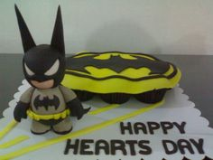 batman munny cupcakes - ordered as a unique valentine's gift =) batman munny figure - hand molded white chocolate then covered with fondant. batman logo - chocolate cupcakes topped with fondant