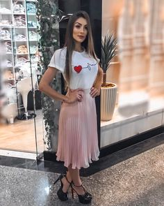 Eu to perdida aqui com tanta coisa linda! hahaha 🌸 corram no story, to mos Dressy Outfits, Modest Outfits, Skirt Outfits, Modest Fashion, Dress Skirt, Dress Up, Cute Outfits, Summer Outfits, Fashion Outfits
