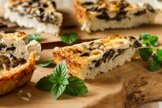 Gluten free mushroom tart by Greek chef Akis Petretzikis. A creamy, delicious and juicy tart with a variety of mushrooms for those who want to avoid gluten! Orzo Recipes, Greek Recipes, Lunch Recipes, Best Gluten Free Recipes, Healthy Recipes, Healthy Food, Mushroom Tart, Sushi, Stuffed Mushrooms