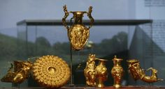 """Панагюрско съкровище    Панагюрско златно съкровище е тракийски античен златен сервиз за пиене, състоящ се от девет златни съда с общо тегло 6,164 кг и открит на 8 декември    1949 г. в района на гр. Панагюрище в местността """"Мерул"""" .  Сервизът включва една амфора с дръжки във форма на кентаври, три ритона с формата на женски глави (амазонки), три ритона с формата на животински глави и един, оформен като предна част на тяло на козел. Ритоните са украсени с релефни изображения на митоло"""