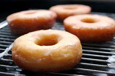 Receta de Donuts caseros con glaseado de azúcar. Idénticos a los originales. Sin lactosa   Eureka Recetas