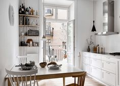 Kitchen in white and blue - via Coco Lapine Design