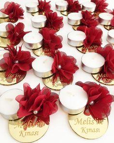 Sevgili.. Melis gelinin kına gecesi için tasarlamış olduğumuz nedimelere özel el mumlarımız.. kendilerine ulaşmak üzere Almanya__ için sevgiyle❤️yola çıkmaya hazırlanıyor.. Wedding Cards, Wedding Favors, Wedding Bouquets, Wedding Gifts, Wedding Bride, Diwali Craft, Diwali Gifts, Diwali Decorations, Diy Party Decorations