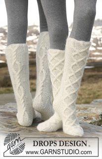 """Gestrickte DROPS Socken mit Zopfmuster in """"Merino Extra Fine"""" und """"Kid-Silk"""". ~ DROPS Design"""