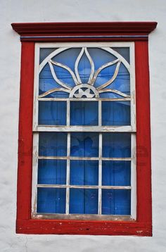 Janela de madeira, colonial, janela duas folhas de madeira e guilhotina de vidro.
