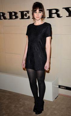 Vestido negro con medias negras tupidas