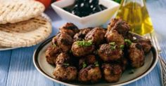 Είναι το εθνικό μας σνακ και ένα από τα πρώτα φαγητά που συνδέσαμε με το τάπερ. Ο τηγανητός κεφτές κάνει στόματα να ανοίγουν, μάτια να κλείνουν από απόλαυσ