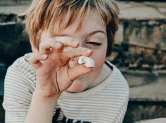 Avec les enfants on fabrique des fossiles d'escargots. Pour les apprentis archéologues ! #activiteenfant #kidsactivity #activitemanuelle Hui, Archaeology, Crafts For Kids, Activities, Snails, Fossils, Mom, Children, Crafts For Children
