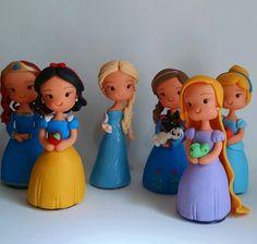 Princesas em biscuit com 15 cm, servem como topo de bolo, enfeite de mesa ou centro de mesa de convidados. Para pedidos acima de 15 unidades elas saem a 20,00 a unidade.