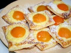 Ganz einfach und schnell. Leckere Kuchen aus Blätterteig mit Vanillepudding und Marillen.