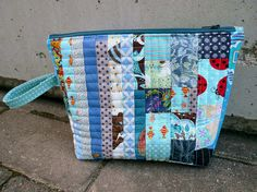 Tilkunviilaaja: Blue Matrix zippered pouch -- Sininen matriisi -tilkkkupussukka