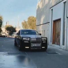 Rolls Royce Phantom VIII Rolling In