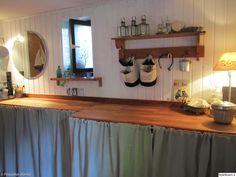 kodinhoitohuone,maalaisromanttinen tyyli,maalaisromanttinen,verhokaappi,puuseinä,vaalea puuseinä,maalaisromanttinen sisustus