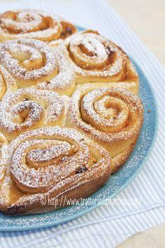 Torta di rose con confettura di albicocche, granella di nocciole e uvetta - Trattoria da Martina