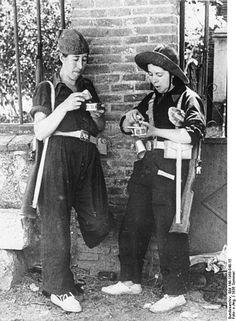Milicianas republicanas haciendo un descanso en los combates en el verano de 1936.
