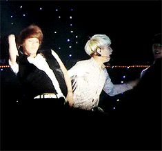 At first you notice Taemin dancing, and then there's Jonghyun... hahahaha Jonghyun what are you doing??