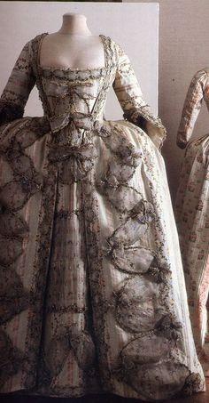 robe à la française avec des noeuds