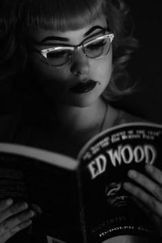 chica leyendo Ed Wood